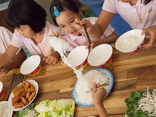 aan tafel in het Lotus Kidshuis