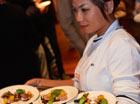 gerechten worden uitgeserveerd op benefiet diner