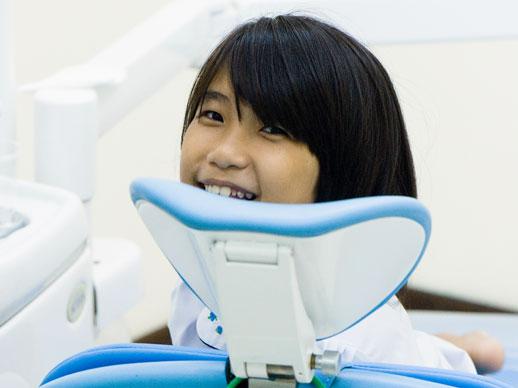 lachend in de sttoel van de tandarts