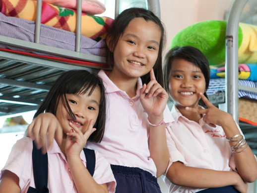 drie meisjes in de slaapzaal van het Lotus KIDS huis