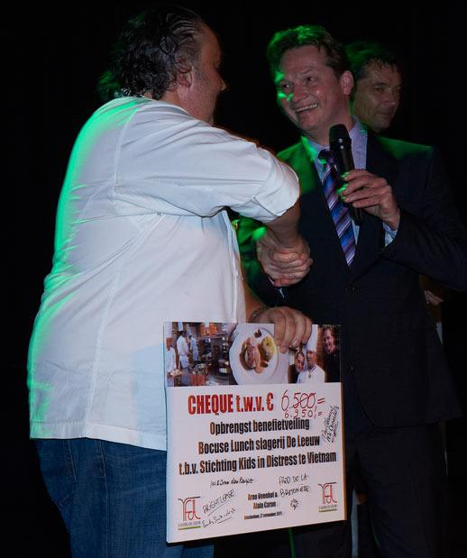 Slagerij de Leeuw overhandigt cheque