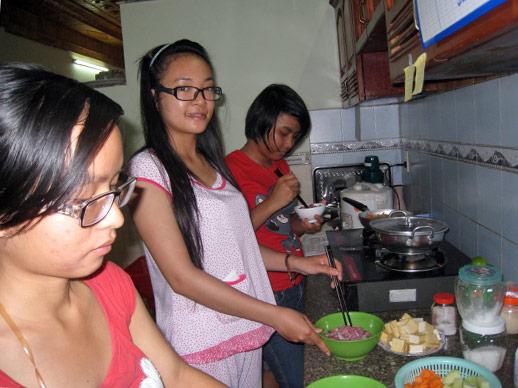 De meisjes in het SPI Study House koken zelf.