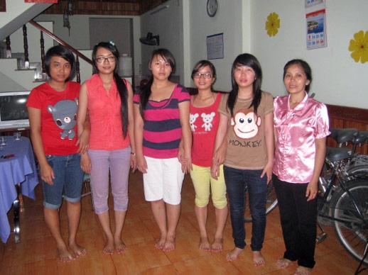 Groepsfoto van de eerste meiden in het SPI study House